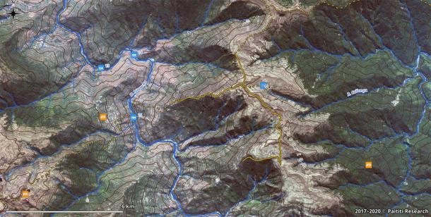 Una captura de pantalla GIS que muestra un fragmento del mapa con senderos incas descubiertos (líneas naranjas continuas) y caminos reconstruidos (líneas discontinuas), superpuestos en una imagen de satélite de alta resolución. (Equipo de investigación de Paititi)