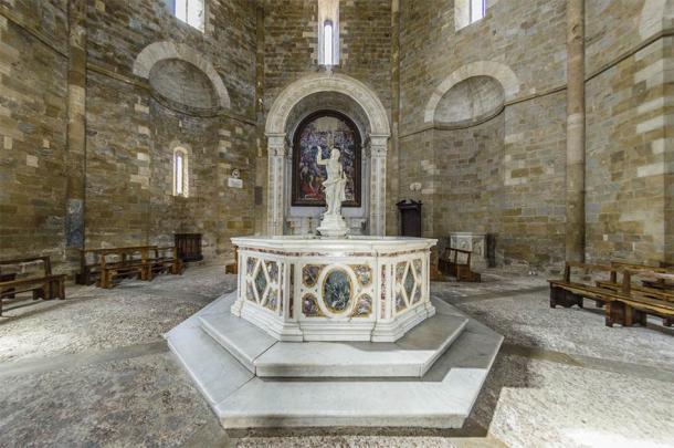 Estatua de la pila bautismal, Baptisterio de San Giovanni, Volterra (giadophoto / Adobe Stock)
