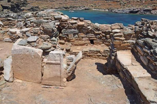 Dos fragmentos de un soporte de mesa de mármol rematado en patas de leopardo de uso secundario en el pasillo norte de la iglesia. (AMNA / Ministerio de Cultura griego)