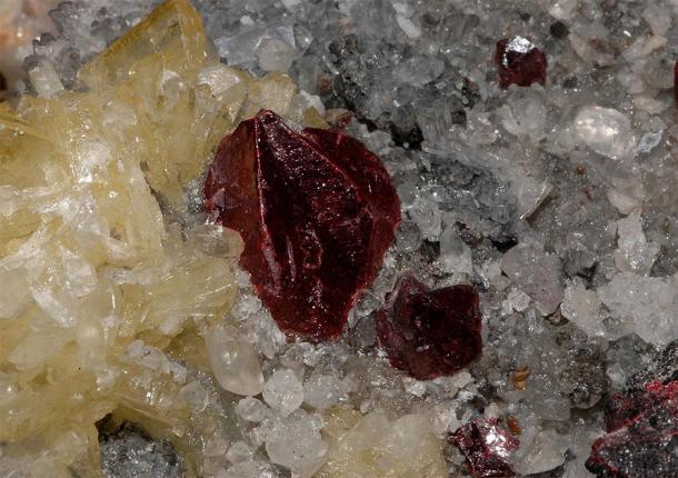 Cristales de cinabrio (color rojo) de la mina Wanshan, provincia de Guizhou, China. Un ejemplo de un material históricamente asociado con la alquimia china y el elixir de la vida. (Géry padre / dominio público)