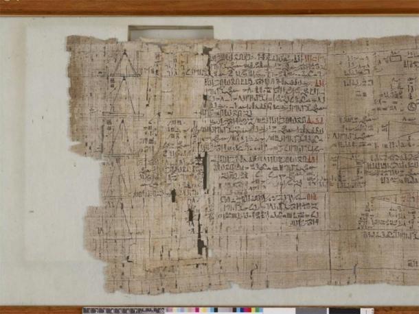 El papiro matemático detrás. (El Museo Británico / CC BY-NC-SA 4.0)
