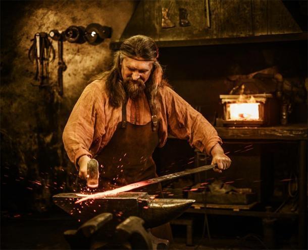 Representación del herrero medieval forjando una espada. (Nejron Photo / Adobe stock)