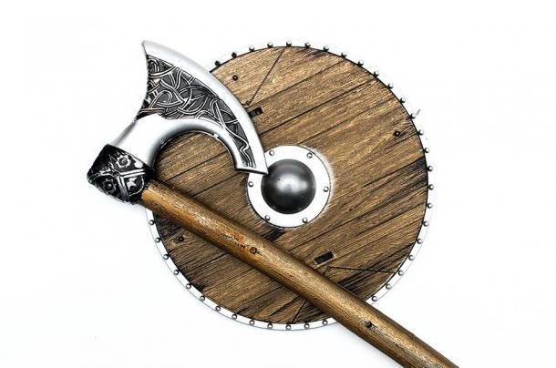 La más icónica de las armas vikingas fue el hacha de batalla. En la imagen: representación del hacha de estilo vikingo y el escudo redondo. (Dmitriy/ Adobe stock)