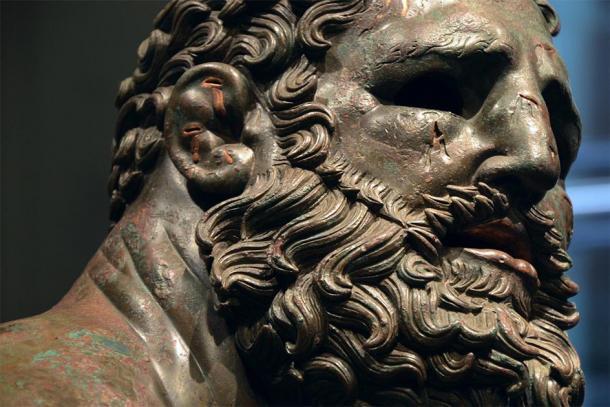 El Púgil en reposo, escultura griega helenística de bronce de un Púgil desnudo sentado en reposo. Fuente: Carole Raddato / CC BY-SA 2.0.