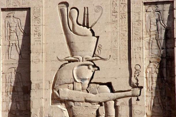 Horus inscrito en la pared del Templo de Edfu. (Dezalb / Dominio público)