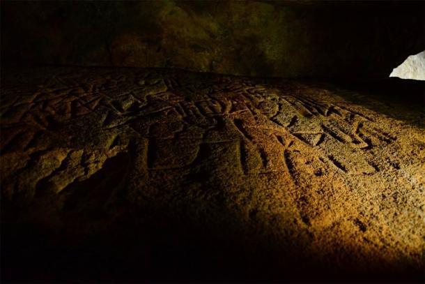 Pared lateral izquierda en el medio de la cámara lineal que representa figuras antropomórficas como Humanos y el código de unión de la mente maestra. (Imagen: © EASL   CCF-Polonnaruwa)