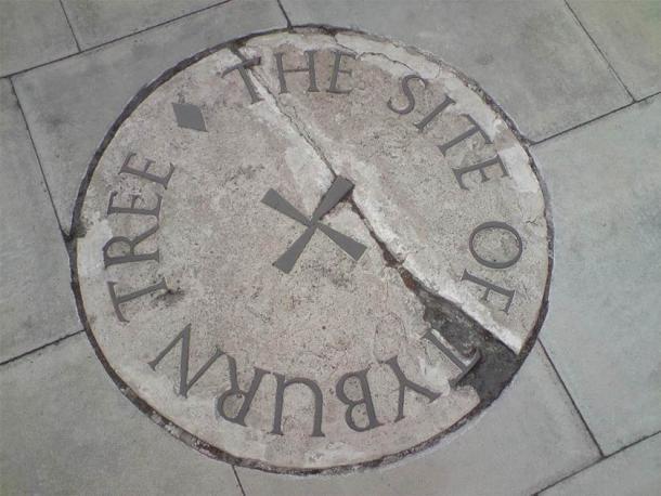La piedra que conmemora el sitio del árbol Tyburn en la isla de tráfico en el cruce de Edgware y Marble Arch. (Dominio público)
