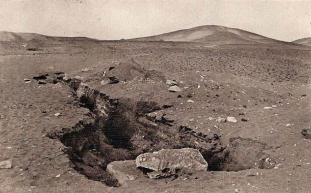Vista del paisaje de Mazghuna desde la posición de la pirámide sur, cuya abertura se ve en primer plano. (Dominio público)