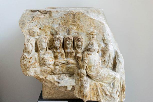 Fragmento de mármol de Luna, Italia que muestra a las Vírgenes Vestales en un banquete. Las vírgenes vestales no podían casarse mientras cumplían su función, pero eso no detuvo a Elagabalus. (Rabax63 / CC BY-SA 4.0)