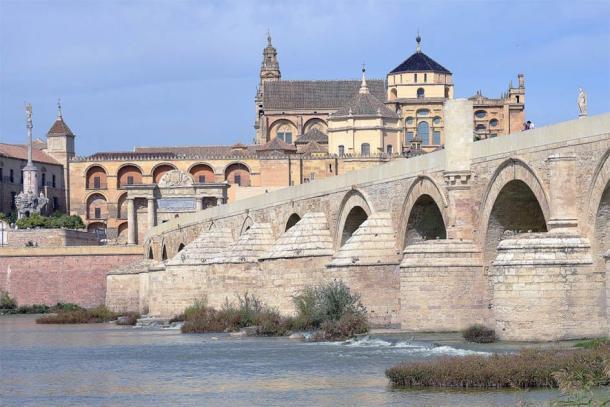 El aceite de oliva producido alrededor de Córdoba, España, fue enviado directamente a Roma a través del río Guadalquivir, conocido por su famoso puente romano. (CC BY-SA 2.0)