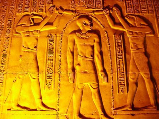 Los dioses Thoth y Horus vierten aguas vivificantes sobre la cabeza del faraón Ptolomeo VI para purificarlo antes de que tome el trono de Egipto; en una escena del templo de Kom Ombo, en el sur de Egipto. Esto es similar a las abluciones purificadoras que los judíos realizan antes de Rosh Hashaná. (CC BY-SA 3.0)