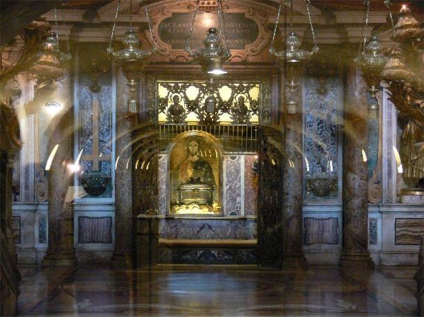 El nicho en las Grutas del Vaticano donde se colocaron las cajas de plexiglás con restos óseos (Dnalor 01 / CC BY-SA 3.0)