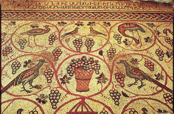 Obras como el armenio mosaico de aves fueron creadas después del desarrollo del alfabeto armenio. (Vissarion / Dominio público)