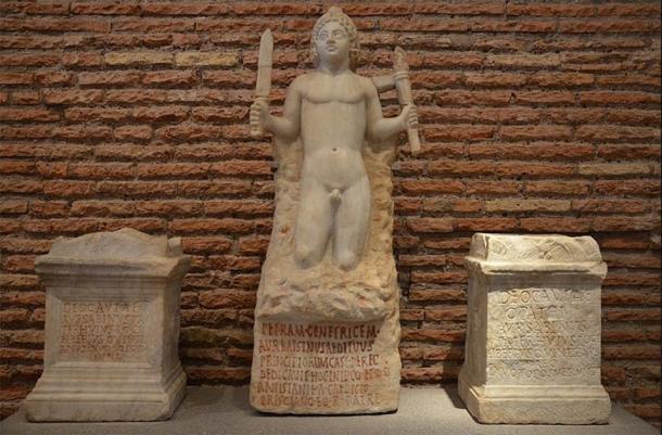 Mitra nacido en la roca y dos altares dedicados a Cautes (izquierda) y Cautopates (derecha), del Mithraeum bajo Santo Stefano Rotondo en Roma, desde 180 hasta 192 d.C., Museo Nacional de Roma, Termas de Diocleciano (CC BY-SA 2.0)