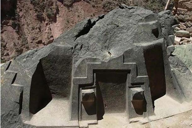 """El extraño, y casi fuera de lugar, altar de piedra en la Iglesia Ñaupa, en el Valle Sagrado del Perú, cuyas tres """"cámaras"""" cortadas con precisión se alinean cada una con ciertos acimutes, y por lo tanto cuerpos celestes específicos durante el año, en una veta similar al complejo Sigiriya y a los monumentos de Egipto. (Misterios Con Xana / CC BY NC SA 3.0)"""