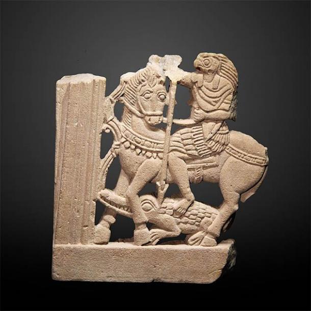 Un inusual tallado romano de piedra arenisca del siglo IV d.C. de Horus sentado en un caballo. (Rama / CC BY-SA 3.0 FR)