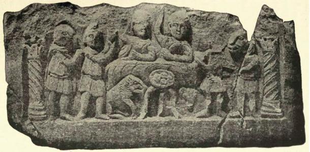 Comunión mitraica, bajorrelieve de Konjica, Bosnia que muestra a Mitra y al dios Sol festejando, iniciados de rango inferior sirviendo, cuatro hogazas de pan con cruces marcadas en ellas. (Dominio público)