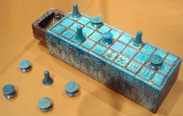 Tablero senet de loza y piezas de juego inscritas con el nombre de Amunhotep III. Según los informes, de Tebas, y posiblemente de su tumba. (Keith Schengili-Roberts / Licencia de documentación libre de GNU)