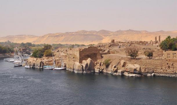 Isla Elefantina en el sur de Egipto, hogar del diluvio del Nilo, el dios Khnum, el montículo primigenio de la creación y el mágico granito rojo de Asuán, visto en la foto como montículos redondeados. Djoser y Khufu usaron este granito sagrado para sus entierros. (Marc Ryckaert / CC BY 3.0)