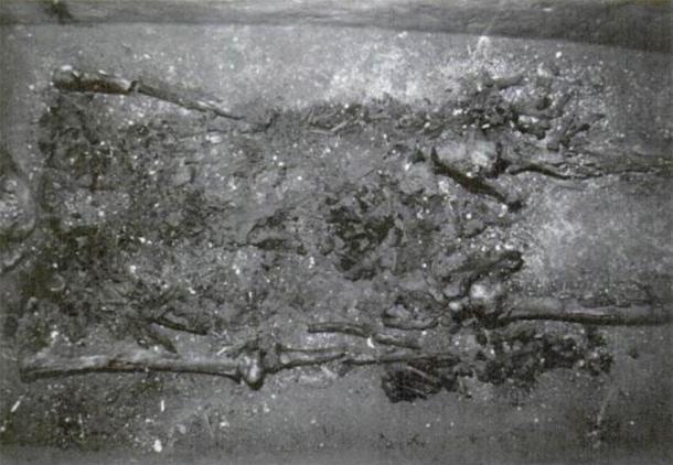 En esta fotografía de los restos de Pakal, supuestamente tomada en 1999, el esqueleto está nuevamente en ángulo de tal manera que el cráneo queda completamente oscurecido. La imagen fue publicada en Tiesler y Cucina. (Autor proporcionado)