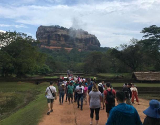 Autor (extremo izquierdo) acercándose a Sigiriya. Ábrete camino a través del complejo de jardines magistralmente diseñados y palitos autofotos que rodean la ciudadela gigante es solo parte de la diversión. (F. Burnand / Foto cortesía del autor)