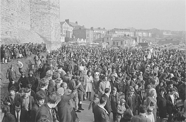 Izquierda: Eduardo I hizo a su hijo, el futuro Eduardo II, Príncipe de Gales. (Dominio público) Derecha: La investidura del actual Príncipe de Gales en el castillo de Caernarfon en el norte de Gales provocó protestas en 1969. (Geoff Charles / CC0)