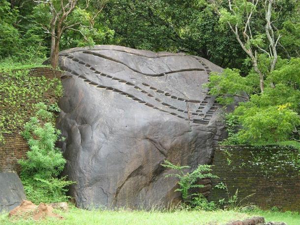 """Un ejemplo de muescas acanaladas similares en Sigiriya, que parecen ser """"presionadas"""" directamente en la superficie dura de la roca con aparente facilidad. Su propósito: desconocido. Se observan muescas comparables en todo el mundo en otros sitios antiguos e inexplicables. (Michael Gunther / CC BY-SA 4.0)."""