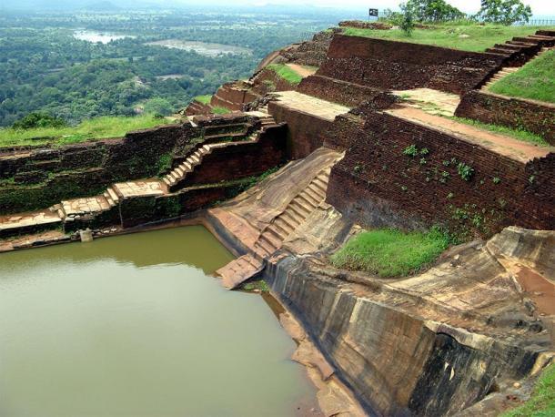 """Otro ángulo muestra claramente el método de construcción de pirámide escalonada en la parte superior de la Ciudadela de Sigiriya. Observe las escaleras cortadas con precisión, cortadas directamente de la roca madre, que conducen directamente a lo que se ha etiquetado como """"piscina"""". (Michael Gunther / CC BY-SA 4.0)"""