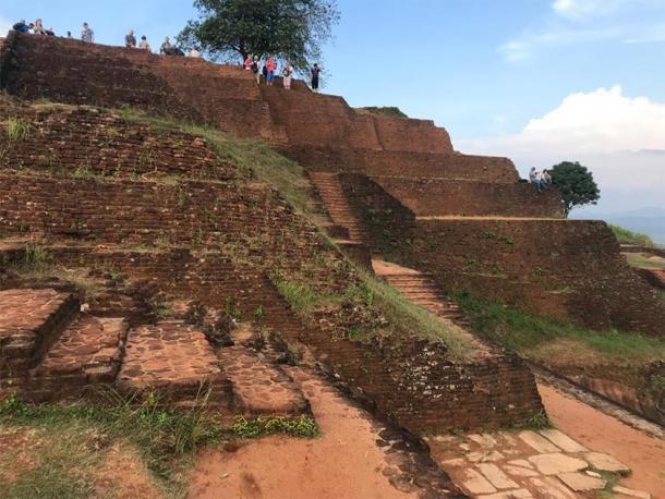 Construcción de estilo pirámide escalonada, presente en la Ciudadela de Sigiriya. (Foto cortesía del autor)