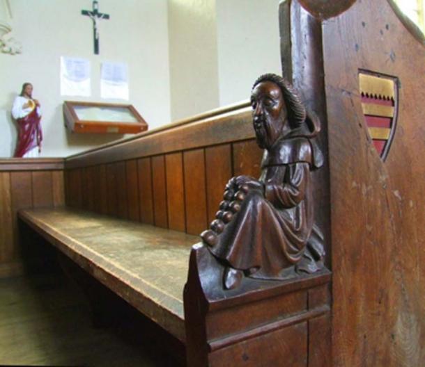 Imagen de 2016 de uno de los bancos ornamentados de la Iglesia de Santa María la Virgen en Wimbotsham. Una de las figuras de madera tallada por James Rattee en 1853. Imagen: Simon Knott