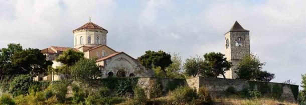 La mezquita y campanario de Ayasofya (originalmente la iglesia bizantina de Santa Sofía de Trebisonda) una antigua estructura sobreviviente en Trabzon, Turquía, la ilustre y poderosa capital del Imperio de Trebisonda. (Alizada Studios / Adobe Stock)