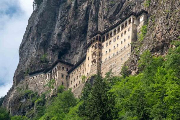 El monasterio ortodoxo griego Sumela en el distrito de Macka de la provincia de Trabzon, Turquía, alcanzó su forma actual en el siglo XIII después de ganar prominencia durante la existencia del Imperio de Trebisonda. (MBAYSAN / Adobe Stock)