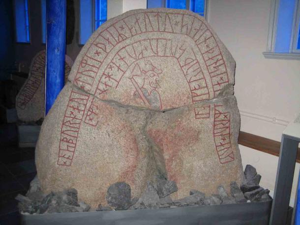 La piedra rúnica DR283 del Monumento a Hunnestad representa a lo que probablemente sea un miembro de la Guardia Varangian. (Hedning / CC BY-SA 3.0)