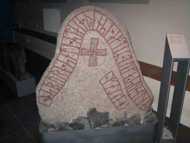Runestone DR282 del Monumento Hunnestad, actualmente en exhibición en el Museo Kulturen, Suecia. (Hedning / CC BY-SA 3.0)