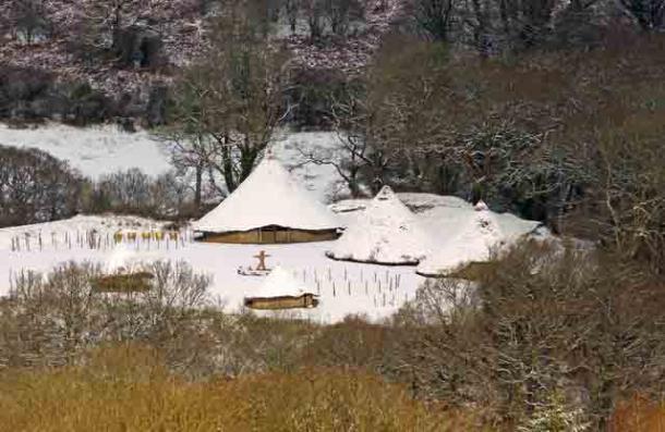 Imagen de portada: 'Día invernal: Castell Henllys'. Se encontraron artefactos de la Edad Plástica en el sitio de las casas circulares desmanteladas. Fuente: Dylan Moore / CC BY-SA 2.0