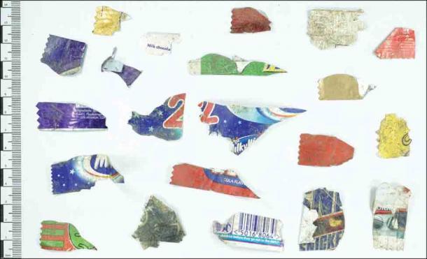 Ejemplos de pequeños fragmentos de envoltorios dulces recuperados de la casa circular de Earthwatch en Castell Henllys. (A. Fairley Antiquity / Antiquity Publications Ltd)
