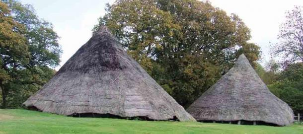 Las dos réplicas de las casas redondas de la Edad del Hierro donde se encontraron signos de la Edad del Plástico. (H. Mytum / Antiquity Publications Ltd)