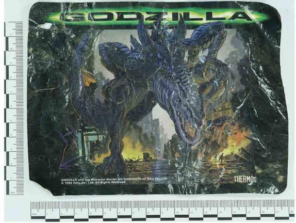 Se encontró una envoltura de termo con el tema de Godzilla en la casa circular de Earthwatch. (A. Fairley / Antiquity Publications Ltd) ¿Qué pensaría un futuro arqueólogo de este descubrimiento?