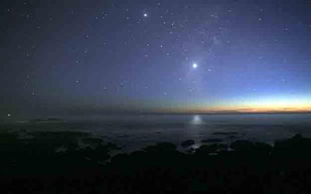 Venus, en el centro a la derecha, es siempre más brillante que todos los demás planetas o estrellas vistos desde la Tierra. Júpiter es visible en la parte superior de la imagen. (Brocken Inaglory / CC BY-SA 3.0)