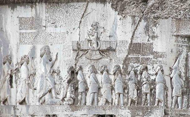 La inscripción de Behistun es un relieve con el texto que lo acompaña tallado a 100 metros en un acantilado en la provincia de Kermanshah, en el oeste de Irán. Muestra al Faravahar en la parte superior y a Darío el Grande y sus prisioneros debajo. (Hara1603 / Dominio público)