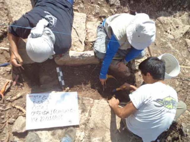 Arqueólogos excavando el entierro de una cista en el sitio de Tamanache, Mérida, Yucatán. (WSU) Dos de los contenedores de drogas mayas analizados en el estudio provienen de esta excavación.