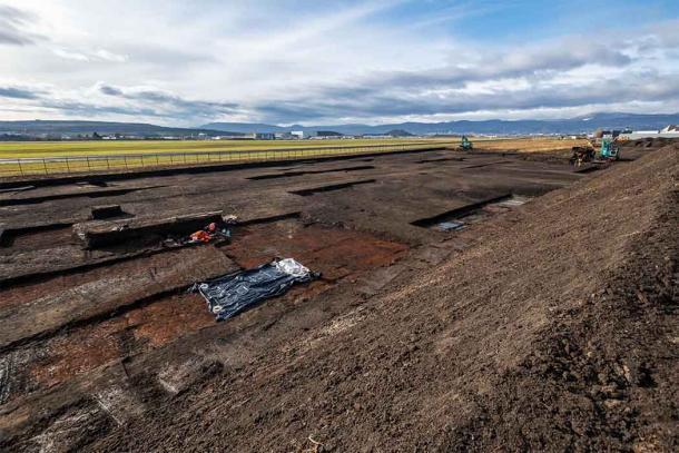 Los arqueólogos estaban realizando excavaciones antes de las obras de construcción del aeropuerto cuando se encontraron con el entierro del bebé romano. (Denis Gliksman / INRAP)
