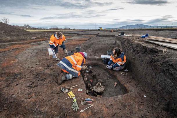 Arqueólogos excavando el entierro del bebé romano. (Denis Gliksman / INRAP)