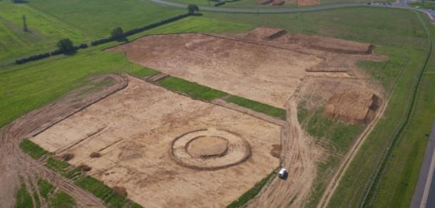 Excavaciones en el enorme complejo anglosajón descubierto en Overstone, Northamptonshire. (MOLA)