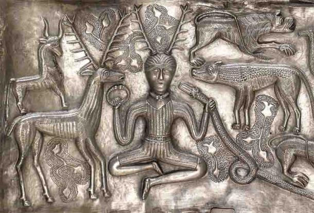 Aquí se representa al dios celta con cuernos de los bosques, conocido como Cernunnos, sosteniendo un torque en la mano derecha. (Nationalmuseet / CC BY-SA 3.0)