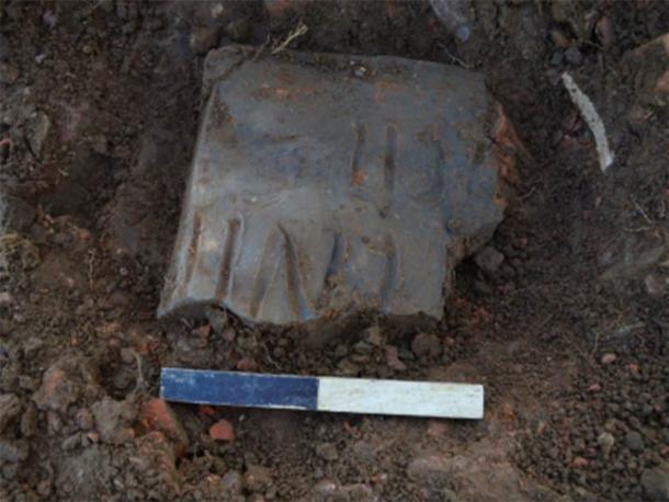 Azulejo inscrito in situ: ... ENII (F) ECIT - Quizás '(nenti)' o '(nenus)' FECIT = 'ha hecho' - entonces quizás el nombre del alicatador. (Oxford Arqueología Este)