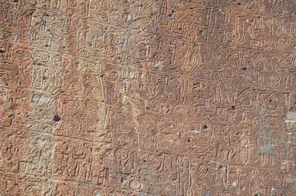 Inscripción en la roca neohitita de Topada con jeroglíficos de Luwian, segunda mitad del siglo VIII aC, Turquía. (Butko / CC BY-SA 2.0)