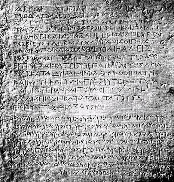 Inscripciones en griego y arameo en un monumento erigido originalmente por el rey Asoka en Kandahar, en lo que hoy es Afganistán. World Imaging/Wikimedia Commons
