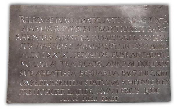 El panel de inscripción que se colocó en la parte superior del ataúd tenía la fecha de 1764, lo que sugiere que los huesos de St. Jadwiga no se habían visto desde entonces. (trzebnica.pl / Uso justo)