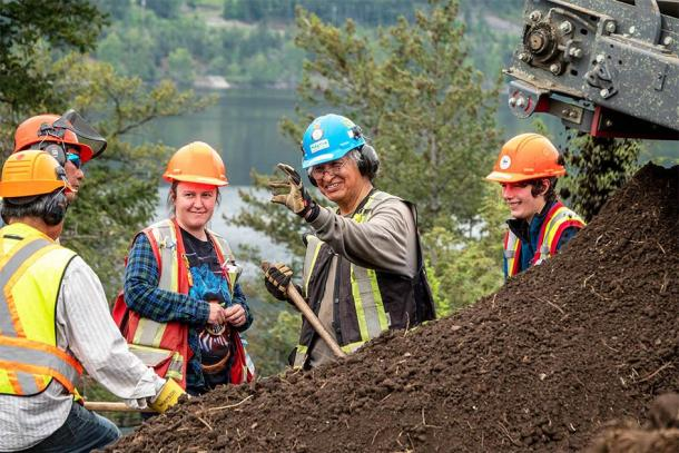 El equipo inspecciona un artefacto encontrado en el sitio mientras procesa pilas de tierra en Williams Lake. (Sugar Cane Archeology)